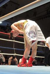 <WBA女子世界アトム級王座統一戦>判定負けで王座統一に失敗し、客席に向かって頭を下げる宮尾綾香