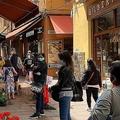 5月上旬、段階的解除後のイタリア・ボローニャ市の様子。魚屋さんの買い物客がソーシャルディスタンスを保ちながら列を作っている(中村さん提供写真)