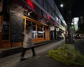 3度目となる緊急事態宣言が発令され、銀座の飲食店も休業したり早々に閉め、暗く閑散とした街並みに。東京都は夜8時以降は繁華街のネオンの消灯を要請したが、それって感染症対策に意味ある…? 写真/時事通信社