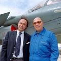 ラファール戦闘機の前でポーズを取るオリビエ・ダッソー氏(左)と、父でダッソー・グループ最高経営責任者(CEO)のセルジュ・ダッソー氏(右、肩書は当時)。フランス・パリ北郊のルブルジェで(1997年6月11日撮影、資料写真)。(c)Jack GUEZ / AFP