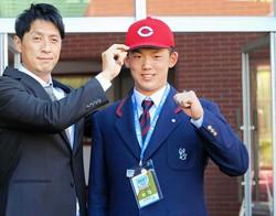 広島・鞘師スカウト(左)から帽子を受け取り、笑顔を見せる智弁和歌山・小林(撮影・赤尾慶太)