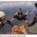 上空4千メートルを急降下しながらピザを楽しむ4人組(画像は『New York Post 2021年2月26日付「Pie in the sky: Skydivers share pizza in 14,000-foot plummet」(Lori Patalocco / SWNS.COM)』のスクリーンショット)