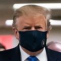 米メリーランド州ベセスダにあるウォルター・リード米軍医療センターを訪れた際にマスクを着用したドナルド・トランプ米大統領(2020年7月11日撮影)。(c)ALEX EDELMAN / AFP