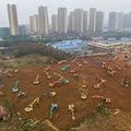 中国・湖北省の武漢で新設中の病院の建設現場で稼働するショベルカー(2020年1月24日撮影)。(c)AFP