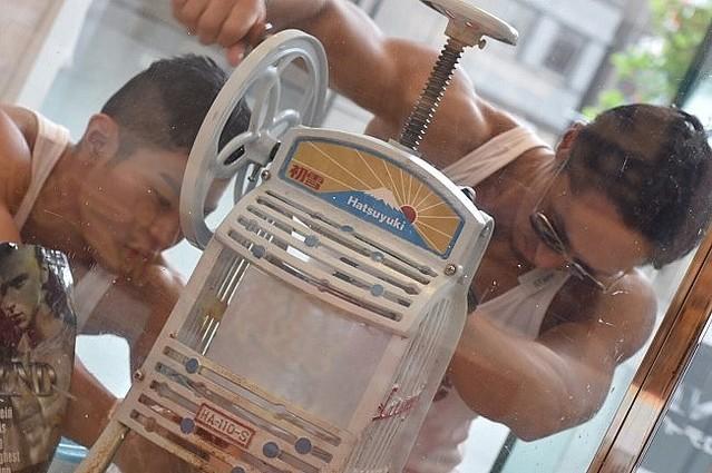 [画像] 武田真治もびっくり?マッチョが筋肉見せつけカキ氷削る 「マチョ氷inマルイ」