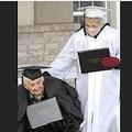 卒業証書を手にする95歳の姉(左)と77歳の妹(画像は『The Herald Journal 2020年11月23日付「Never too late: Sisters, 77 and 95, join 92-year-old brother in earning high school diplomas in 2020」(Eli Lucero/Herald Journal)』のスクリーンショット)