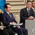 業務報告を受ける文大統領(左から3人目)=17日、ソウル(聯合ニュース)