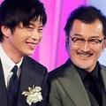 左から田中圭、吉田鋼太郎 撮影/伊藤和幸