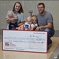 小児病院に寄付をした7歳少年とその家族(画像は『Katie Chipman Smithey 2017年8月8日付Facebook「With Austin Smithey at Riley Hospital for Children.」』のスクリーンショット)