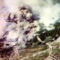 爆撃で煙に覆われる首里城一帯(豊の国宇佐市塾提供)