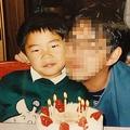 父親(右)の誕生日に小島容疑者と。寄り添う父子の愛情が感じられる