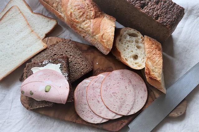 家でパンを切るコツ。包丁を温めると薄いスライスも簡単