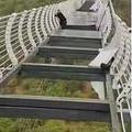地上100mに架けられた中国のガラス橋が崩壊 観光客が立ち往生