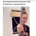 浴室の鏡の奥に別の部屋が!(画像は『Samantha Hartsoe 2021年3月4日付TikTok「HOW IS THIS IN MY BATHROOM WALL」』のスクリーンショット)