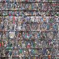 中国・北京郊外のごみ処理施設で、圧縮されたプラスチック容器の塊(2018年5月16日撮影、資料写真)。(c)Fred DUFOUR / AFP