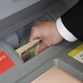 110円の銀行のATM手数料がどのような時に発生してどうすれば無料になるのか、お得に使うための銀行の選び方、ATM手数料の節約方法やどのようにしたら手数料がかからないようにできるかなどのコツを紹介します。