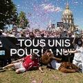 仏パリでクラブとディスコの営業再開を求めるデモが行われ、「夜のために一致団結」と書かれた横断幕を持つ参加者ら(2020年7月12日撮影)。(c)Raphael Lafargue / AFP