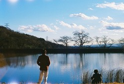 娯楽を禁止された日本が舞台の『サラバ静寂』。音楽に夢中になる若者たちの姿を描く/[c]『サラバ静寂』製作委員会