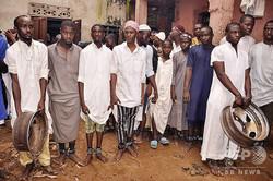 9月に別のイスラム教寄宿学校から救出された男子学生ら。足は鎖で縛られている(2019年9月26日撮影、資料写真)。(c)AFP=時事/AFPBB News