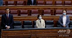 スペイン下院本会議の開会にあたり、新型コロナウイルスで死亡した人々に黙とうをささげるサンチェス首相(左)とカルボ副首相(中央)、イグレシアス副首相(2020年5月20日撮影、資料写真)。(c)Andres BALLESTEROS / POOL / AFP