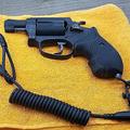 吊り紐のついた拳銃