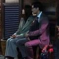 11月下旬の夜、行きつけのバー『5taps』の前で撮影中の新垣結衣松田龍平