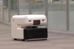 商業施設内を高速走行するサイバーダインの清掃ロボット