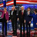 米ネバダ州ラスベガスで行われた民主党候補者討論会に臨む候補者(当時)。左からマイケル・ブルームバーグ氏、エリザベス・ウォーレン氏、バーニー・サンダース氏、ジョー・バイデン氏、ピート・ブティジェッジ氏、エーミー・クロブシャー氏(2020年2月19日撮影)。(c)Mark RALSTON / AFP