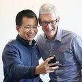 バイトダンス(字節跳動)の張一鳴最高経営責任者(CEO、左)とアップルのティム・クックCEO。中国・北京のバイトダンス本社で。Imaginechina 提供(2018年10月11日撮影)。(c)Bytedance / Imaginechina / Imaginechina via AFP