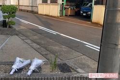 犯行現場には花束やビールなどが供えられていた