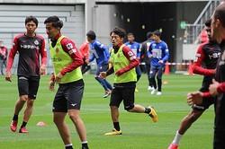 豊田スタジアムでの横浜FCとのトレーニングマッチへ向けアップする阿部。見事なミドルで決勝点を挙げた。写真:今井雄一朗