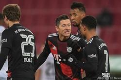 20-21ドイツ・ブンデスリーガ第17節、FCアウクスブルク対バイエルン・ミュンヘン。チームメートとゴールを喜ぶバイエルン・ミュンヘンのロベルト・レワンドフスキ(中央、2021年1月20日撮影)。(c)Andreas GEBERT / POOL / AFP