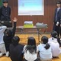 近隣の小学校で作成した防災マニュアルの内容を紹介する生徒。小学生に伝わりやすい内容を心がけたという=2月、大阪府豊中市(豊中市立第八中学校提供)