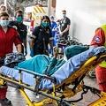 南アフリカ・サントンの病院へストレッチャーで運ばれるロドウェル・コマザナさん(2021年6月19日撮影)。(c)GUILLEM SARTORIO / AFP