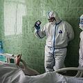 ロシアの首都モスクワの病院の集中治療室で新型コロナウイルス感染症の患者を診察する医師(2020年5月17日撮影)。(c)Dimitar DILKOFF / AFP