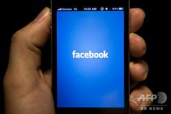 iPhoneの画面に表示されたフェイスブックのアプリ(2012年5月10日撮影、資料写真)。(c) Brendan SMIALOWSKI / AFP