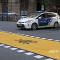 スペイン・バルセロナで走行する警察車両(2020年5月8日撮影、資料写真)。(c)Josep LAGO / AFP