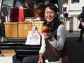 笑顔でリンゴを差し出す片山玲一郎さん