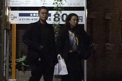 高級車から降りて誕生日パーティ会場に景子さんを連れていく花田優一。