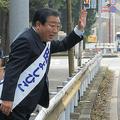 走行中の車に手を振り続ける野田氏。車の助手席から手を振り返す人も