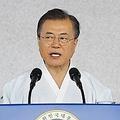 記念式典で演説する文大統領=15日、天安(聯合ニュース)