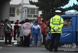 中国・内モンゴル自治区通遼の学校に戻った生徒ら。新カリキュラムに反対し、約1週間にわたって学校をボイコットした(2020年9月10日撮影)。(c)NOEL CELIS / AFP