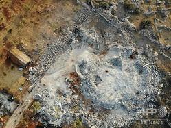 シリア北西部イドリブ県のバルシャ村で、ヘリコプターによる攻撃で破壊された一帯。米メディアは同県への攻撃でイスラム過激派組織「イスラム国(IS)」の最高指導者アブバクル・バグダディ容疑者が死亡したと発表。英国に拠点を置くシリア人権監視団によると、このヘリコプター部隊は米軍主導の連合軍のものとみられている(2019年10月27日撮影)。(c)Omar HAJ KADOUR / AFP