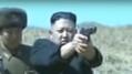 軍視察時に拳銃を構える金正恩氏(朝鮮中央テレビ)
