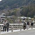 京都・嵐山の渡月橋も例年に比べて観光客が少ない=京都市右京区