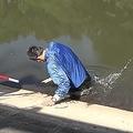 ため池の危険性が伝わる動画が話題に(水難学会の動画「ため池に落ちる様子 Accidental immersion in the pond」より)