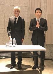 会見後、再度登場し、追加説明に応じる「雨上がり決死隊」の宮迫博之(右)と「ロンドンブーツ1号2号」の田村亮