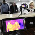 ナイジェリア・ラゴスのムルタラ・モハメド空港で、新型コロナウイルス対策のために設置された体温スキャナーの前に並ぶ到着便の旅客(2019年1月27日撮影)。(c)PIUS UTOMI EKPEI / AFP