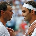 テニス、ウィンブルドン選手権、男子シングルス準決勝。試合後に健闘をたたえ合うロジャー・フェデラー(右)とラファエル・ナダル(2019年7月12日撮影)。(c)Adrian DENNIS / POOL / AFP