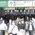 緊急事態宣言解除されて初めての朝を迎え、通勤客らが行き交うJR品川駅